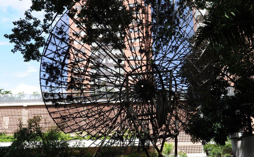Riesige Satellitenschüssel des Medellin-Kartells: Die Stadtverwaltung von Medellín sieht den Kult kritisch. Seine Epoche brachte der Millionenmetropole einst einen gewalttätigen Ruf ein.